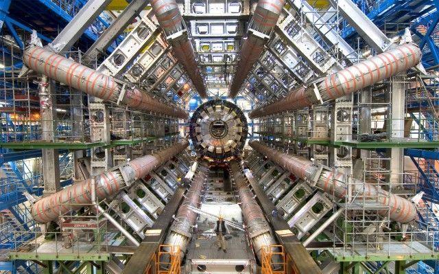 مصادم الهدرونات الكبير (مقالة مفصلة)