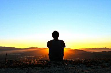 ما الذي يعطي حياتنا معنى - تخطي التهديدات الوشيكة - ممارسة التمارين الرياضية وتناول الأطعمة الصحية والشعور بالرضى عن الحياة ومعدلات أقل من الإصابة بالاكتئاب