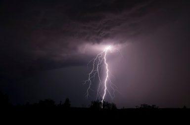 لماذا ينقطع التيار الكهربي في أثناء العواصف والظروف المناخية القاسية - ازدياد التدفق الكهربي في المعدات الملحقة بالخطوط الكهربية
