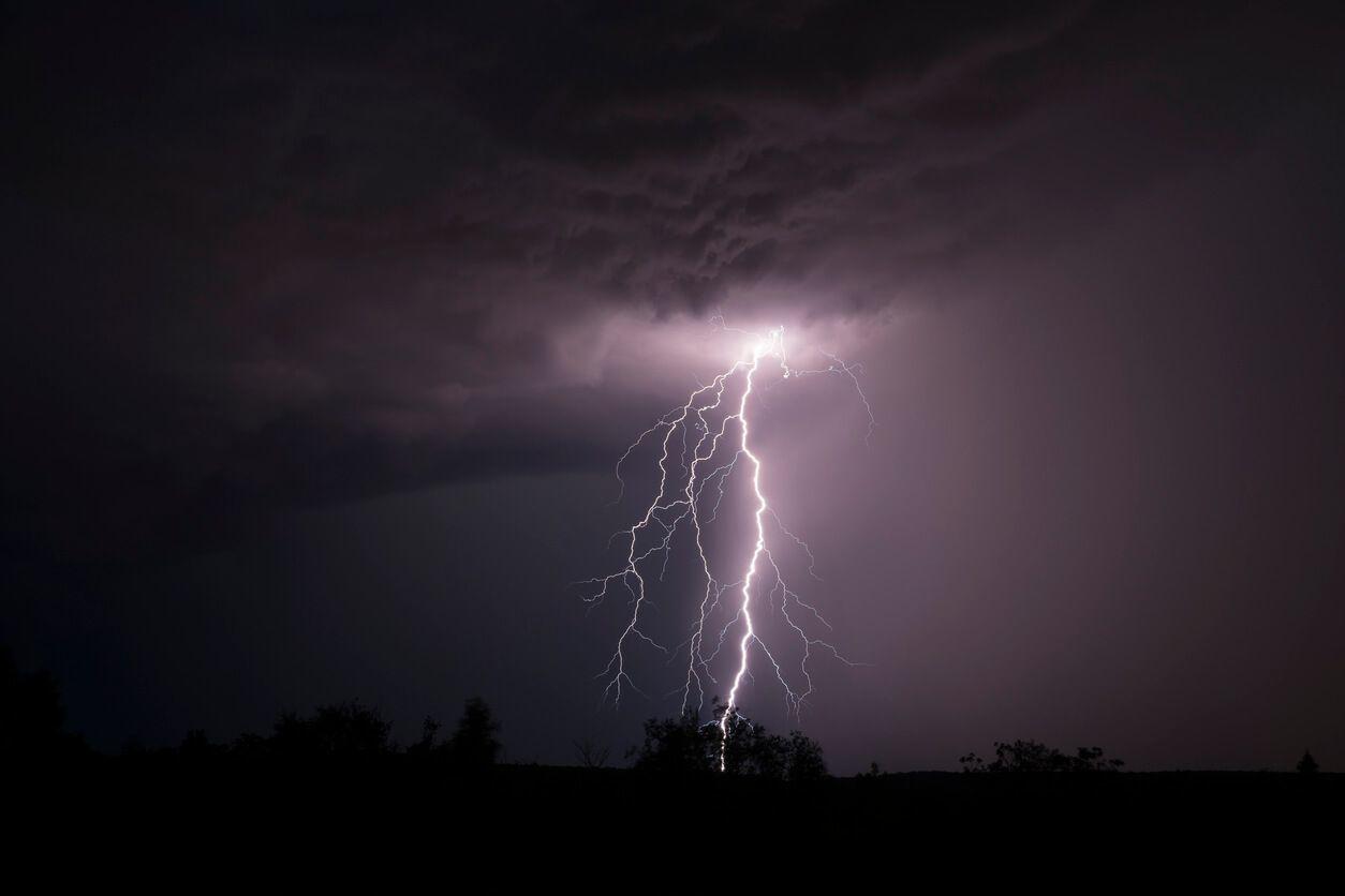 لماذا ينقطع التيار الكهربي في أثناء العواصف والظروف المناخية القاسية؟