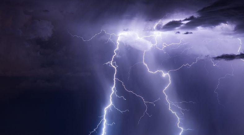 هل يوجد ارتباط بين العواصف الرعدية وزيادة زيارات قسم الطوارئ - زيادة عدد كبار السن الذين يحتاجون إلى عناية إسعافية بسبب مشكلات تنفسية