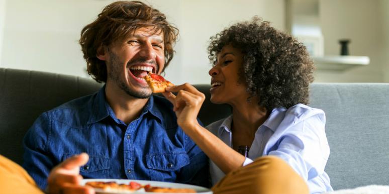كيف تبني التفاصيل الصغيرة علاقة متينة أو تهدمها - أهمية الشركاء الذين يبادرون بالمبادرات العاطفية - الأسباب التي تزيد من الرضا عن الزواج