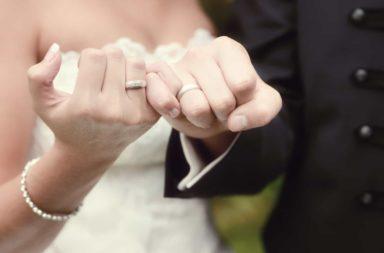 لمَ بإمكانك الزواج من الشخص المناسب على عكس ما يعتقد الفيلسوف آلان دي بوتون؟ - هل من الممكن اختيار الشريك المناسب ؟ أم أنها فكرة بعيدة المنال؟