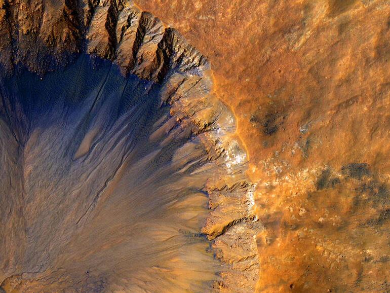 الذكاء الاصطناعي يساعد على اكتشاف حفر جديدة على سطح المريخ