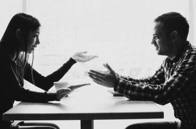 المنطق المُحفَّز.. السبب وراء خسارة الجدل المدعوم بالأدلة - المنطق المُحفّز - الفوز بالنقاشات - تصديق نظريات المؤامرة والأفكار الغريبة