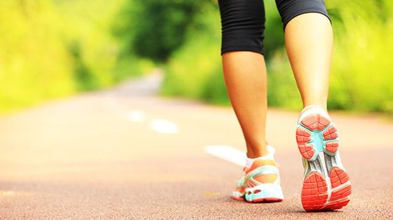 هل يمكن للمشي أن يحمينا من الاكتئاب وأمراض القلب؟