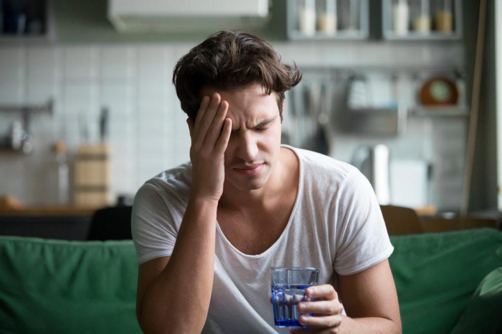 الغثيان والتقيؤ: الأسباب والعلاج - دوار الحركة - التسمم الغذائي - وجود حصوات في المرارة الإحساس بالغثيان - تناول الكثير من الكحول