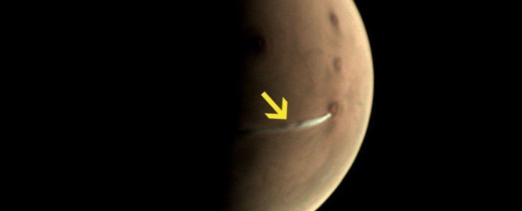 هناك سحابةٌ بيضاء غريبة فوق سطح المريخ الآن