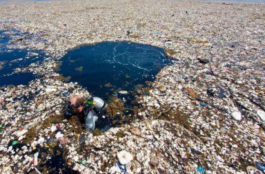علماء يوضحون مدى سوء مشكلة النفايات البلاستيكية بحلول عام 2040 - التلوث البلاستيكي - التدفقات الحالية والمستقبلية للبلاستيك إلى الأراضي والمحيطات في العالم