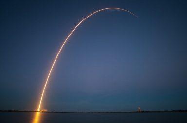 لماذا تسير الصواريخ بمسار منحن نحو الفضاء؟ - لماذا لا تتحرك الصواريخ بخط مستقيم بعد إطلاقها - الدفع التصاعدي للصاروخ - الوصول إلى مدار الكوكب
