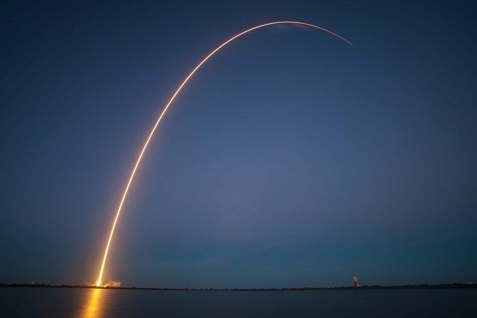 لماذا تسير الصواريخ بمسار منحن نحو الفضاء؟