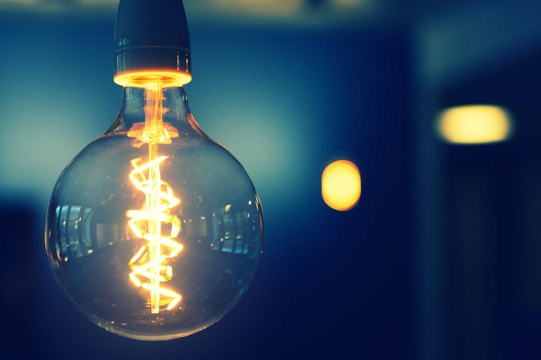 من اخترع المصباح الكهربائي - العالم الأميركي الشهير توماس أديسون - تطوير البطاريات الكهربائية والمصابيح المتوهجة - توهج أنصاف النواقل