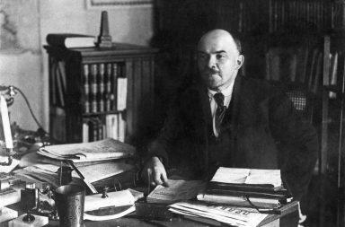 فلاديمير لينين - ورئيس الحزب البلشفي الذي قام ليتولى زمام السلطة خلال الثورة الروسية - نهاية حقبة سلالة رومانوف الحاكمة - الماركسية
