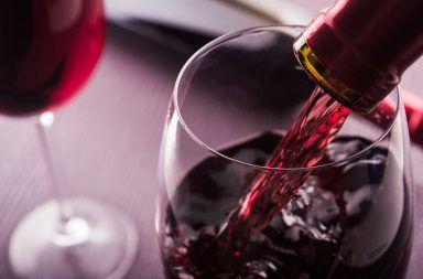 النبيذ الأحمر لمعالجة الإجهاد والتوتر فوائد مركب الريسفيراتول الموجود في النبيذ الأحمر إنزيم يرتبط بالتحكم في الإجهاد في الدماغ الريسفيراترول