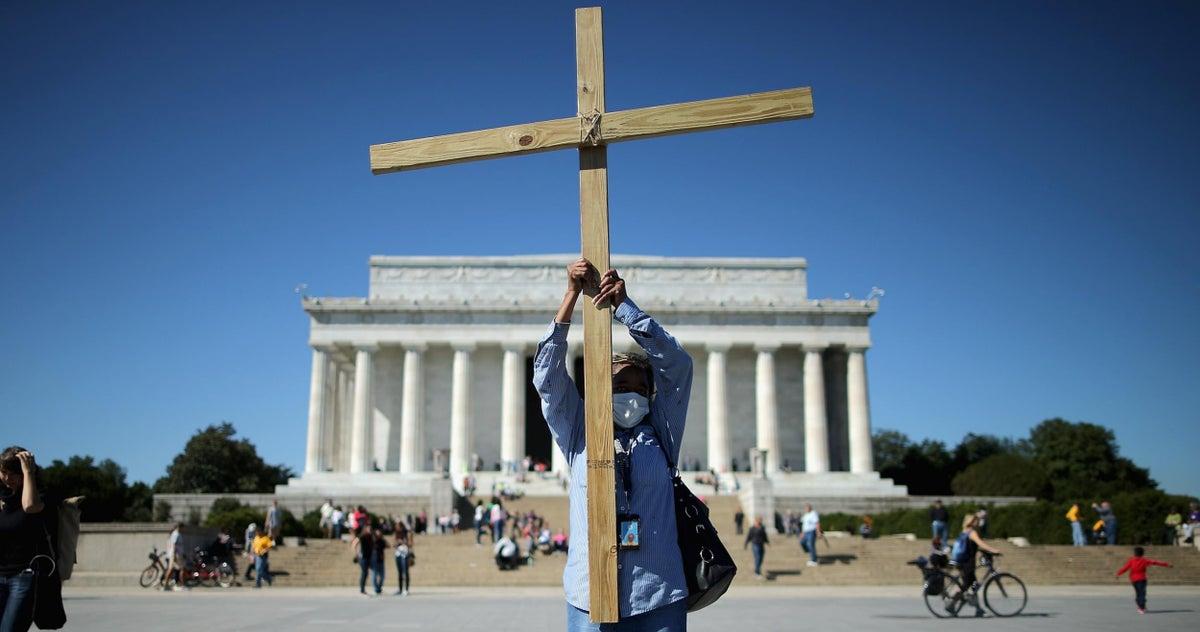 هل تتأثر البوصلة الأخلاقية بالتدين والإلحاد؟