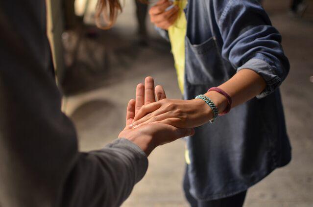 لماذا تأتي نتائج التعاطف أحيانًا عكس ما نريد - أهم صفة للتواصل الفعال بين الأفراد - الوجه الآخر السلبي للتعاطف - تعزيز العلاقات الزوجية والعامة