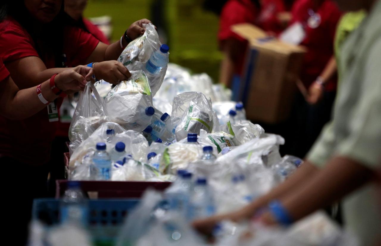 فور فتحك غطاء عبوة بلاستيكية فإنك تزيد من التلوث المجهري