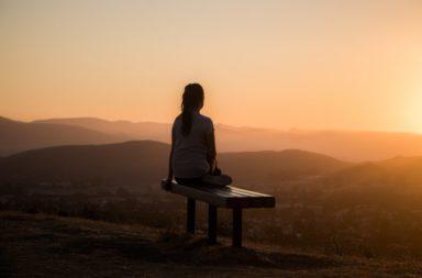 كيف نتعامل مع الفراغ الذي خلفه شخص عزيز فقدناه - تجربة الفقدان من التجارب القليلة مؤكدة الحدوث في الحياة - التعامل مع فقدان شخص مقرب - الحزن
