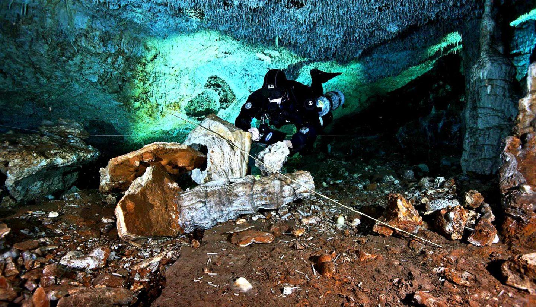 العثور على منجم تعدين من العصر الجليدي متجمد في الزمن في كهف تحت الماء في المكسيك