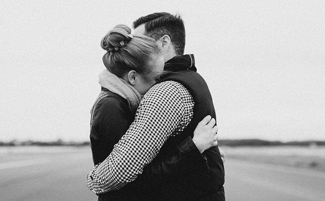 ثلاث طرق يحافظ بها المتزوجون على متانة علاقتهم رغم المؤثرات الخارجية