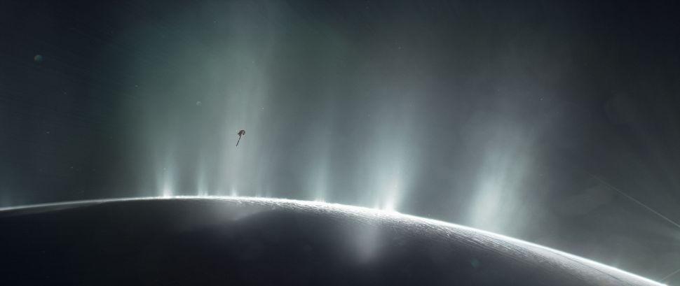 رسم لمركبة كاسيني التابعة لوكالة ناسا وهي تحلق عبر نافورات بخار الماء للقمر الجليدي لقمر زحل، إنسيلادوس