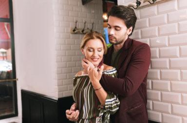 خمسة أسباب تجعل السيدات يفضلن الجنس مع الرجال الأصغر سنًا - السيدة كبيرة السن التي تنجذب لرجل أصغر سنًا منها - النازع الجنسي القوي للرجل صغير السن