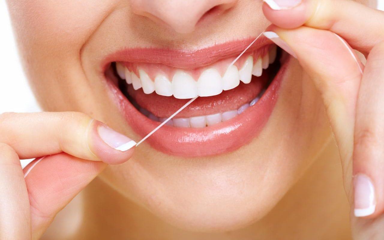الضروري تنظيف الأسنان بالخيط؟ shutterstock_1301692