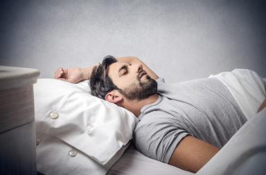 أي طريقة نوم صحية أكثر؟ النوم على الظهر أم على الجانب أم على البطن؟ - هل النوم على البطن ضار؟ ما هي أكثر وضعية صحية للنوم؟