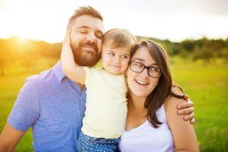 هل يظل الآباء سعداء بعد إنجاب الأطفال - العوامل التي يؤثر بها إنجاب الأطفال في سعادة الوالدين - العلاقة بين إنجاب الأطفال وسعادة الآباء