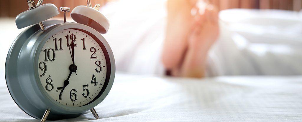 النوم ليلًا لمدة تزيد عن 8 ساعات قد يكون علامة تحذير قاتلة