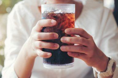 هل يسبب شرب المشروبات الغازية (الكولا) ترقق عظام - هل المياه الغازية والمياه المعدنية الفوارة تستنزف الكالسيوم من العظام - أسباب ترقق الهظام