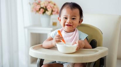 تناول الأطعمة الصلبة مبكرًا يعرض الرضع لمشكلات صحية مستقبلًا