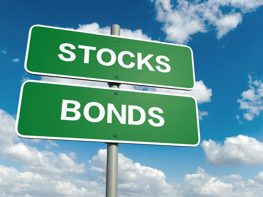 شراء الأسهم بدلًا عن السندات: الإيجابيات والسلبيات
