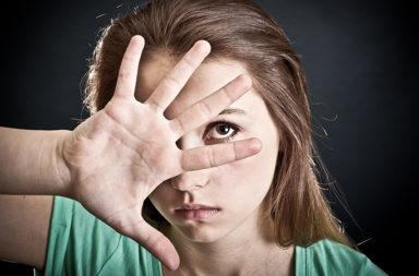 من هم الأشخاص ذوي النمط الاجتنابي ؟ أهمية اللمس في العلاقات القريبة - لماذا ينفر بعض الأشخاص من الاتصال الجسدي واللمس في العلاقات