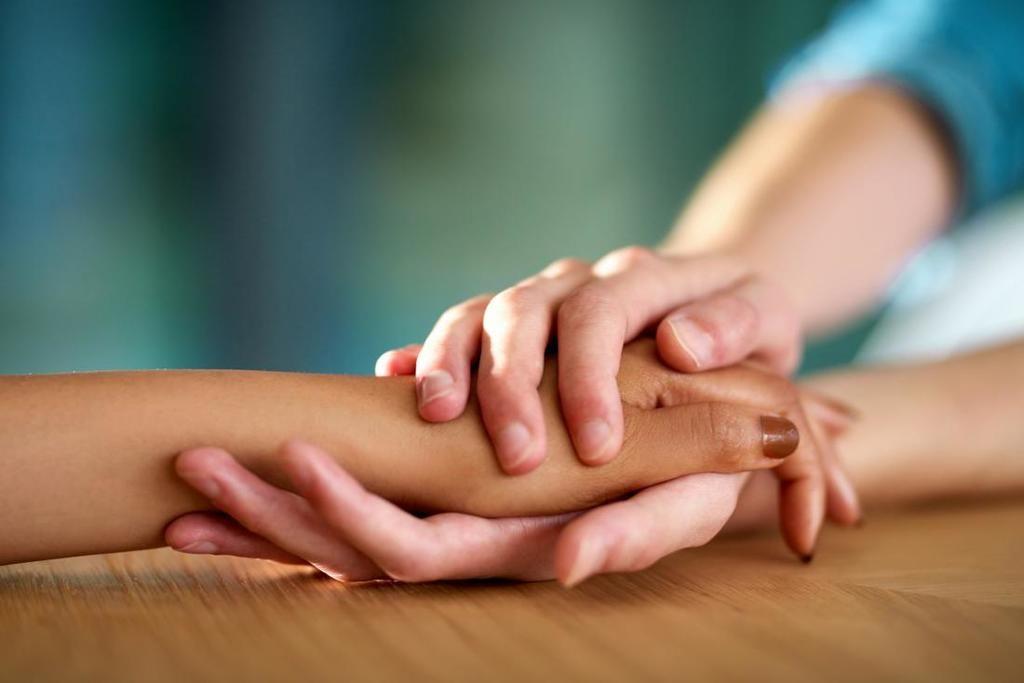 كيف يؤثر العناق واللمس على أدمغتنا؟