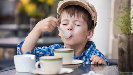 هل تعيق القهوة نمو أطفالك حقًا؟ العلم يجيب - هل القهوة تعيق نمو الأطفال - لماذا يحرم بعض الأهل أبناءهم من شرب القهوة - مضار القهوة على الأطفال