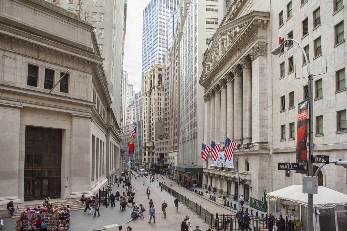 نبذة تاريخية حول شارع وول ستريت.. المقر الرئيسي للأسواق المالية الأمريكية - وول ستريت: حائط خشبي أمسى رمزًا للقوة الاقتصادية