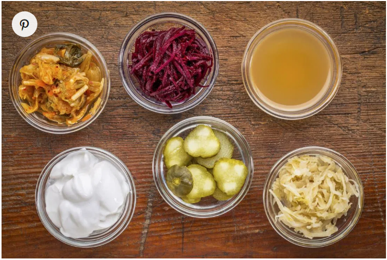 توجد البروبيوتيك في الأطعمة والمشروبات المُختمرة، مثل الكيمتشي (طعام كوري مخلل) والمخللات والكومبوتشا (فطر الشاي). قد يحتوي الزبادي أيضًا على البروبيوتيك