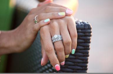 هل عليك شراء خاتم خطوبة باهظ الثمن إليك ما تفضله معظم النساء - السعر الوسطي للإنفاق على خاتم الخطوبة - أسعار خواتم الخطوبة