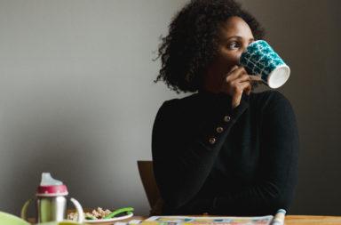 كيف يخفف شرب الشاي من الالتهاب؟ هل يفيد شرب الشاي مرضى التهاب القولون التقرحي ؟ فوائد شرب البابونج والزنجبيل والعرق سوس لملرضى التهاب القولون