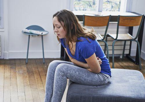 انتفاخ البطن: الأسباب والعلاج - تراكم الغازات في الجهاز الهضمي - ابتلاع القليل من الهواء عند تناول الطعام أو شرب الماء - التجشؤ - إطلاق الريح