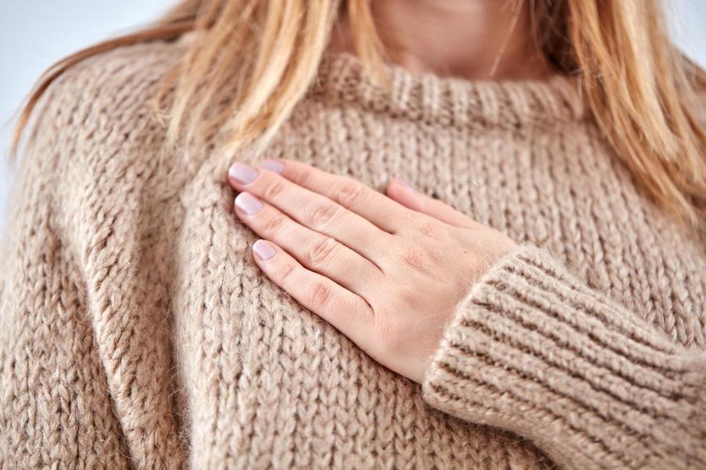 أسباب ألم الثدي قبل الدورة الشهرية، ما هي؟ وكيف يمكن تخفيفها؟