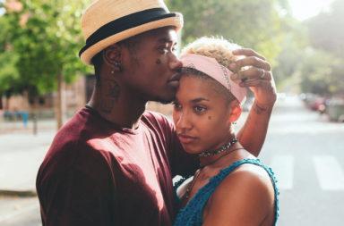 ستة أمور بسيطة تظهر لشريكك أنك مهتم وتحسن علاقتك العاطفية - هل بإمكانك أن تكون ألطف تعاملًا مع شريكك - كيف تحسن علاقتك مع شريكك